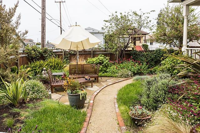 This garden  is a lovely place to enjoy the beautiful Oakland weather on a summer day ☀️ Like it? See inside this gem using the link in our bio! #vacation #travel #vacationtips #airbnb #airbnbsf #garden #summer #vacationhome<br /> https://www.airbnb.com/rooms/18304887